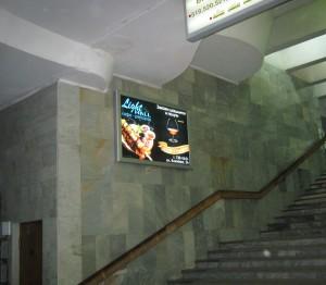 реклама в переходе метро